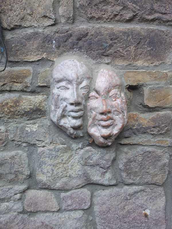 Zwei Masken von Christiane Rapp.